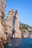 Прибрежный вертикальный ландшафт с утесами острова Капри Стоковая Фотография
