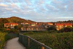 Прибрежный живущий курорт на зоре стоковое изображение