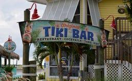 Прибрежный знак бар-ресторана Tiki Стоковое Изображение RF