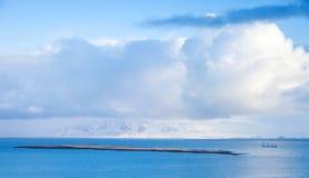 Прибрежный исландский ландшафт с грузовим кораблем Стоковые Фото