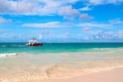 Прибрежный ландшафт Вест-Инди с красной моторкой Стоковое Фото