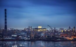 Прибрежный порт, против предпосылки ландшафта ночи города, почти Стоковая Фотография RF
