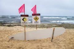Прибрежный прибой знаков опасности высокий, доска Rescuse storng curent, штырь Стоковое Изображение