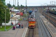 Прибытие пассажирского поезда к железнодорожному вокзалу, Sharya Стоковая Фотография RF
