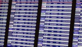 прибытия авиапорта всходят на борт данных по отклонений Стоковые Фото