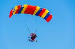 Приведенный в действие параплан в голубом небе Стоковая Фотография RF