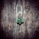 Привесная рождественская елка лежит на старых деревянных досках Стоковые Фото