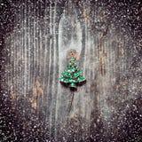 Привесная рождественская елка лежит на старых деревянных досках Стоковая Фотография