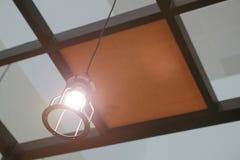 Привесной свет с винтажной электрической лампочкой стоковое фото rf