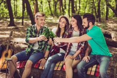 Приветственные восклицания! К нам! 4 жизнерадостных друз туристов охлаждают, havi Стоковое Изображение RF