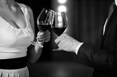 приветственные восклицания, пары clink стекла с красным вином стоковые фотографии rf