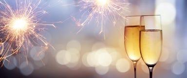 Приветственные восклицания с шампанским на Новый Год стоковые фото