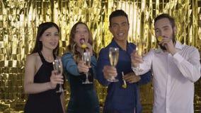 Приветственные восклицания! 4 человек смешанной гонки на партии поздравить телезрителя Люди на роскошной предпосылке золота 4 k акции видеоматериалы