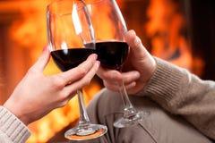 Приветственные восклицания красного вина стоковое фото