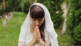 Приветствие женщины в положении молитве сток-видео
