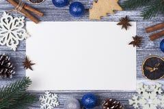 Приветствие карточки украшения рождества, предпосылка тросточки конфеты белых снежинок оранжевая серая деревянная, голубой шарик  Стоковое Изображение