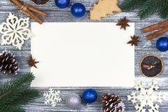 Приветствие карточки украшения рождества, предпосылка тросточки конфеты белых снежинок оранжевая серая деревянная, голубой шарик  Стоковое Изображение RF