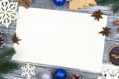 Приветствие карточки украшения рождества, предпосылка тросточки конфеты белых снежинок оранжевая серая деревянная, голубой шарик  Стоковое фото RF