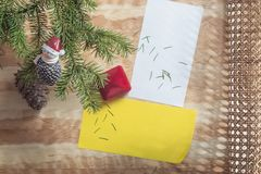 Приветствие Нового Года или рождества и подарок на деревянной предпосылке стоковые фото