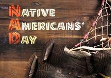 Приветствие дня коренных американцев на древесине с мечт улавливателем Стоковое Фото