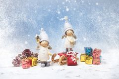 приветствие рождества карточки Гномы Noel, малые подарки, текстура снега Символ рождества Стоковое Изображение