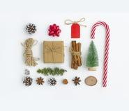 приветствие рождества карточки Состав в форме квадрата на белой предпосылке сделанной конусов, звезд анисовки, ветви ели стоковые фото