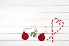 приветствие рождества карточки Украшение рождества на белой деревянной предпосылке скопируйте космос Стоковые Фото