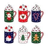 приветствие рождества карточки Милые горячие чашки с Санта Клаусом, оленем, комплектом сердца тросточки конфеты Стоковое фото RF