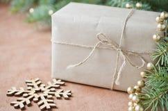 Приветствие рождества с подарочной коробкой Деревенский тип селективный фокус, Стоковая Фотография RF