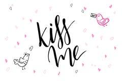 Приветствия дня ` s валентинки литерности руки вектора отправляют СМС - расцелуйте меня - с формами и птицами сердца Стоковые Фотографии RF