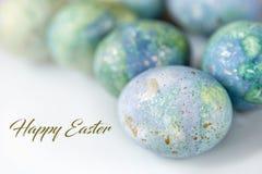 Приветствия пасхи в английском Покрашенные яйца на светлой предпосылке Весна и праздники стоковые фото