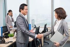 Приветствовать нового коллеги стоковая фотография rf