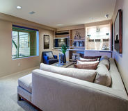 Приветствующие характеристики живущей комнаты построенные в влажном баре стоковая фотография rf