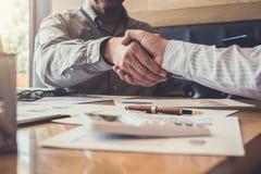 Приветствующ новых коллег объединяйтесь в команду, бизнесмены тряся duri рук Стоковое Изображение RF