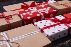 Приветствующ handmade присутствующие коробки связанные с лентами Стоковое Изображение