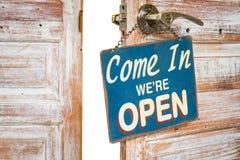 Приведенный внутри мы открыты на деревянной двери открытой, изолированном, закрепленном p Стоковые Изображения RF