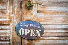 Приведенный внутри мы открыты на деревянной двери, copyspace на праве Стоковая Фотография RF