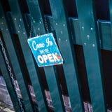 Приведенный в We& x27; re открытый на деревянной двери Стоковые Фотографии RF
