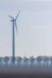 Приведите турбину в действие в поле в сельской местности стоковые изображения