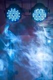 2 привели голубые света концерта и ночного клуба с дымом Стоковые Фото