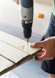 Привинтьте быть просверленным в древесину Стоковое Изображение RF