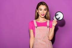 привлекательная азиатская женская модель с мегафоном на пурпуре стоковое фото rf