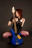 привлекательная басовая гитара девушки Стоковое Фото