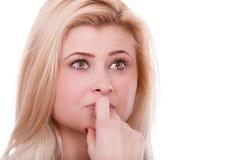 Привлекательная белокурая женщина думая и предусматривая стоковое фото rf