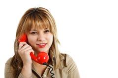 Привлекательная белокурая женщина с красным ретро telephoe стоковое изображение rf