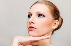 Привлекательная белокурая топлесс женщина с темным глазом составляет Стоковые Фотографии RF