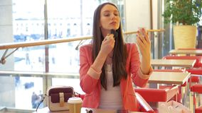 Привлекательная бизнес-леди используя щетку порошка для для того чтобы освежить ее макияж и восхищающ в зеркале акции видеоматериалы
