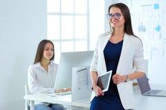 Привлекательная бизнес-леди работая на компьтер-книжке на офисе вектор людей jpg иллюстрации дела Стоковые Фотографии RF