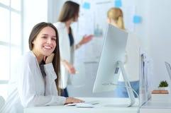 Привлекательная бизнес-леди работая на компьтер-книжке на офисе вектор людей jpg иллюстрации дела Стоковые Фото
