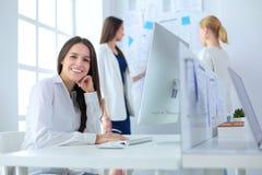 Привлекательная бизнес-леди работая на компьтер-книжке на офисе вектор людей jpg иллюстрации дела Стоковые Изображения